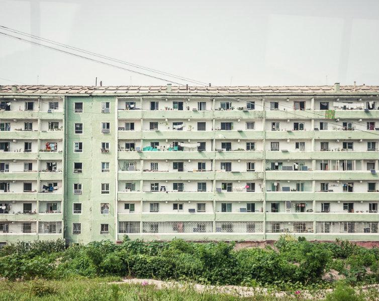 Ảnh chụp một tòa nhà chung cư ở Triều Tiên. (Ảnh:  Michael Huniewicz)