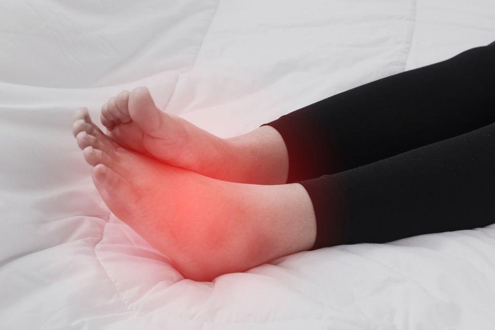 Khi chân bạn sưng lên có cảm giác đau như điện giật đây có thể là dấu hiệu của bệnh thận. (Ảnh qua bioguia.com)