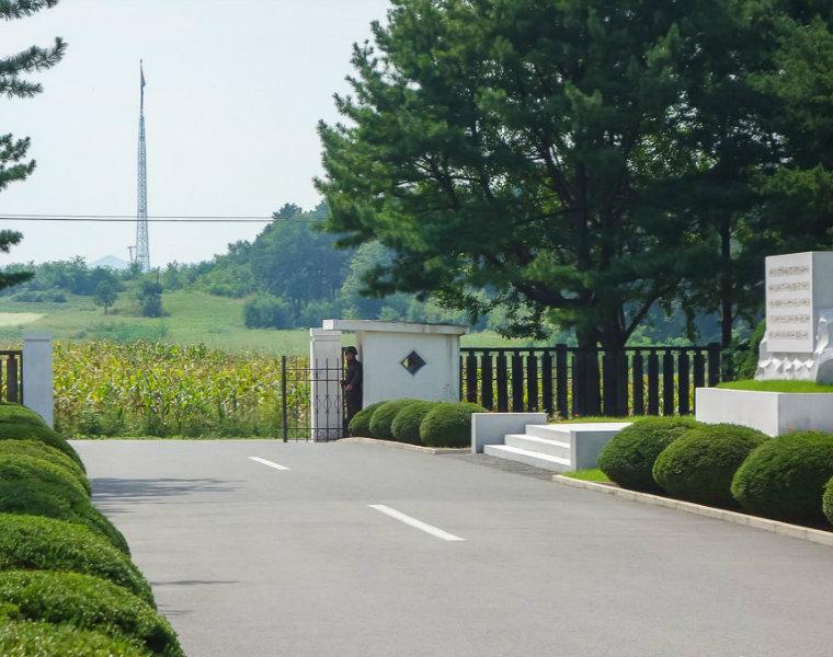"""Một góc """"làng tuyên truyền"""" ở Triều Tiên. (Ảnh: Michael Huniewicz)"""