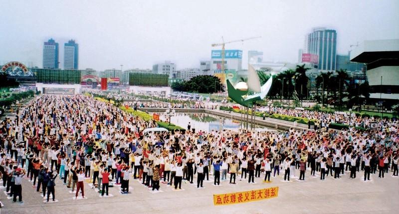 Cảnh tập Pháp Luân Công Trung Quốc trước khi bị bức hại vào 20/7/1999