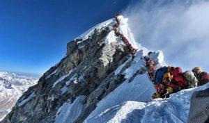 """""""Bước qua những xác chết mà đi"""" – Cảnh tượng kinh hoàng trên đỉnh Everest năm nay"""