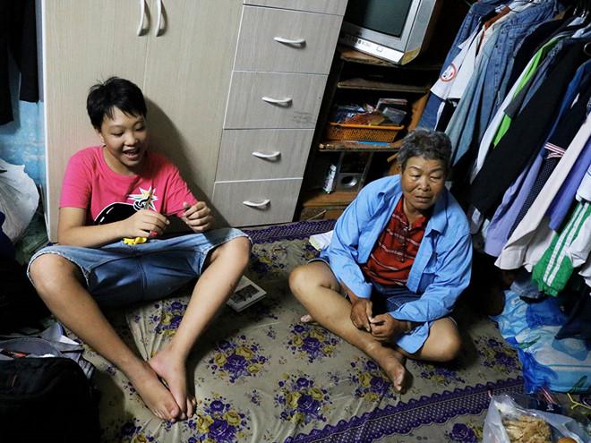 Bà cụ 73 tuổi hàng ngày chạy xe ôm để nuôi cháu ăn học.3