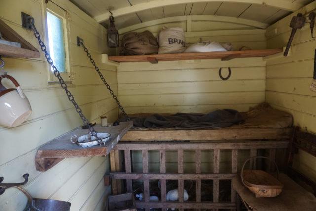 Nội thất của túp lều. (Ảnh: Glen Bowman. CC BY 2.0)