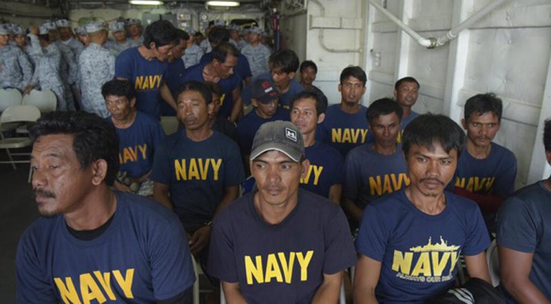 Các ngư dân Philippines được đưa vào bờ hôm 14/6 sau khi bị tàu Trung Quốc đâm chìm và được tàu cá Việt Nam giải cứu