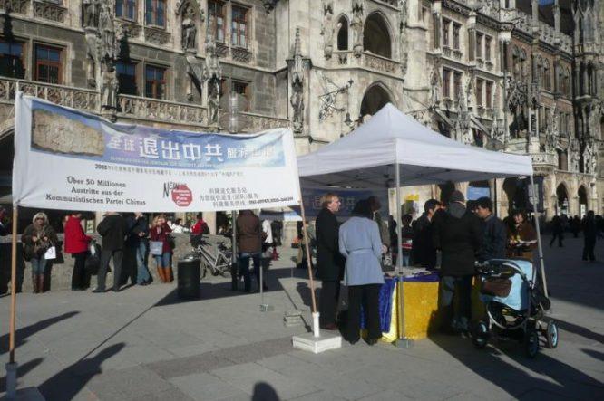 Một địa điểm kêu gọi Thoái Đảng Cộng sản Trung Quốc ở Munich, nước Đức, vào ngày 28/2/2009. (Ảnh qua theepochtimes.com)