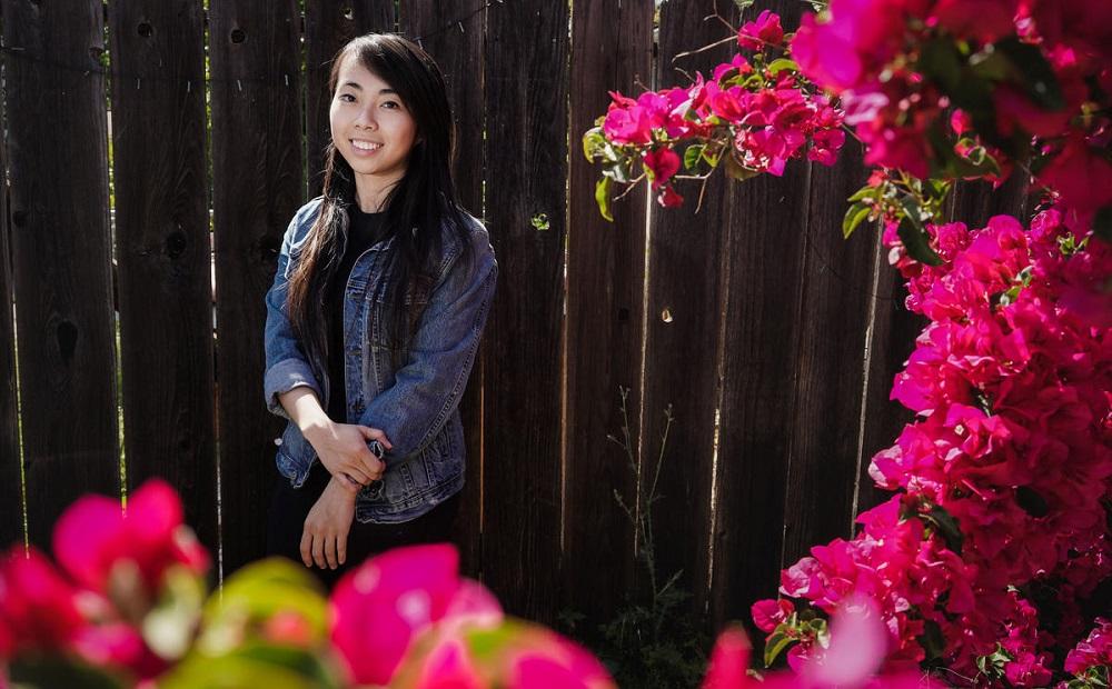 Vy Trần mặc mẫu áo khoác jeans chống đạn do cô tự thiết kế. (Ảnh: NBC Bay Area)