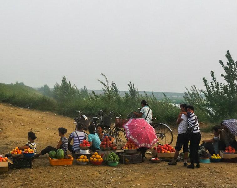 Một khu chợ đen bán rau quả ở Triều Tiên. (Ảnh: Michael Huniewicz)