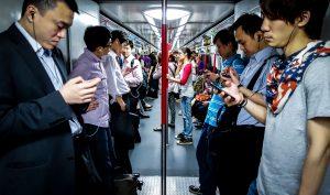 Cảnh báo: Sử dụng smartphone trong thời gian dài gây mọc gai xương thừa ở hộp sọ