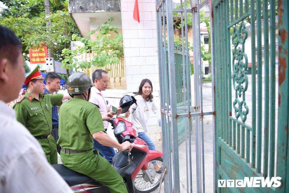 Thí sinh tức tốc vào phòng thi sau khi được hai cán bộ Công an tỉnh Hà Giang đưa tới.2