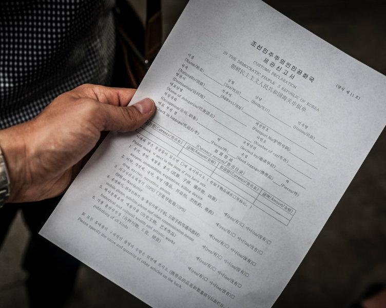 Giấy cam kết mà du khách phải ký khi tới Triều Tiên. (Ảnh: Michael Huniewicz)