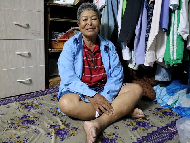 Bà cụ 73 tuổi hàng ngày chạy xe ôm để nuôi cháu ăn học.2