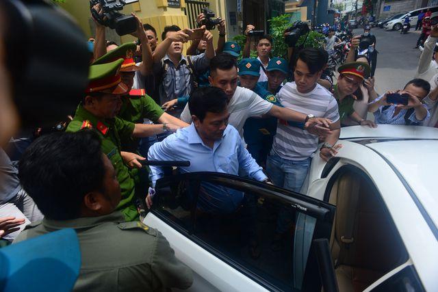 Ông Nguyễn Hữu Linh trong vòng vây của phóng viên và công an