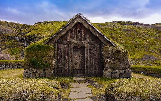 Nhà cỏ Iceland theo kiểu truyền thống với cửa bằng gỗ. (Ảnh qua flickr.com)