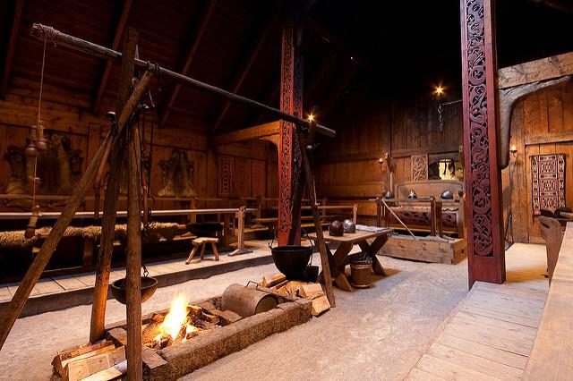 Nội thất của một nhà dài Viking, với các cột bằng gỗ có hoa văn trang trí. (Ảnh qua flickr)
