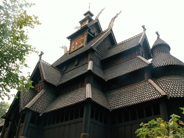 Nhà nghi lễ, nhà thờ Viking với mái nhiều tầng. (Ảnh qua flickr.com)