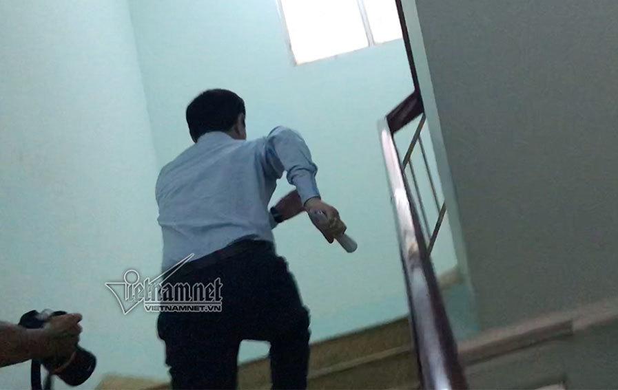 Ông Nguyễn Hữu Linh chạy thật nhanh nhằm thoát khỏi ống kính phóng viên.