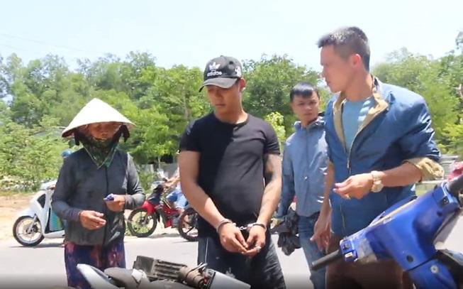 Cộng đồng mạng góp tiền giúp bà bán ve chai bị cướp ở Quảng Nam. 2