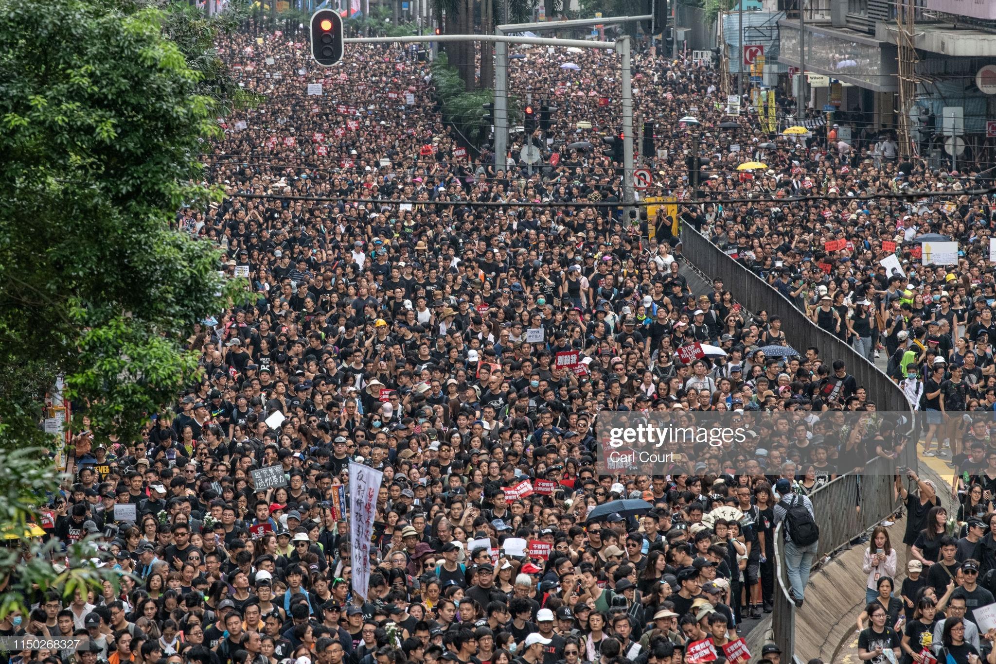 Hong Kong: Biển người biểu tình 'rẽ sóng' nhường lối cho xe cứu thương.2