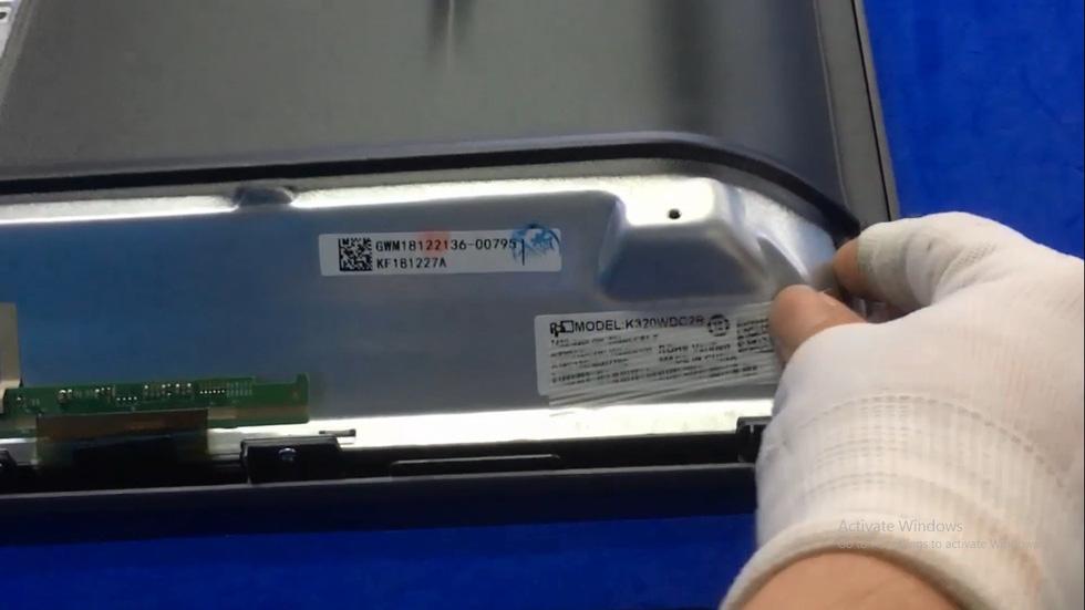 Công nhân nhà máy Asanzo gỡ tem 'made in China' để xóa dấu vết hàng Trung Quốc