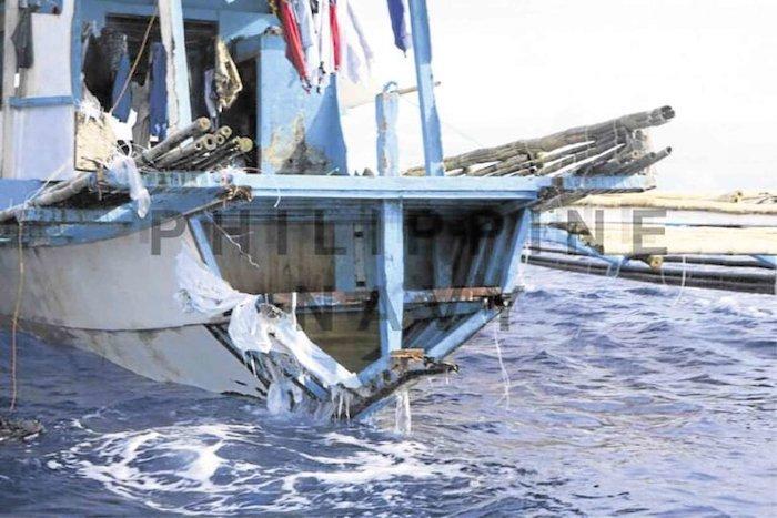 Các ngư dân Philippines đưa tàu cá Gem-Ver 1 bị đâm chìm trên Biển Đông vào bờ hôm 15/6