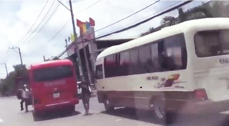 Hai xe khách rượt nhau như phim hành động để tranh giành khách