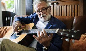 Tác dụng kỳ diệu của âm nhạc với người cao tuổi: Hồi phục trí nhớ, giảm bớt đau buồn
