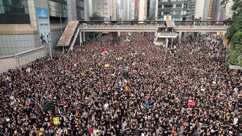 Người biểu tình ôn hòa chật kín trên đường phố Hong Kong ngày 16/6 (Ảnh: Reuters)