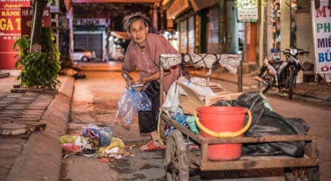 Cụ già 83 tuổi nhưng hàng ngày vẫn phải còng lưng nhặt rác để nuôi 2 cháu ăn học.1