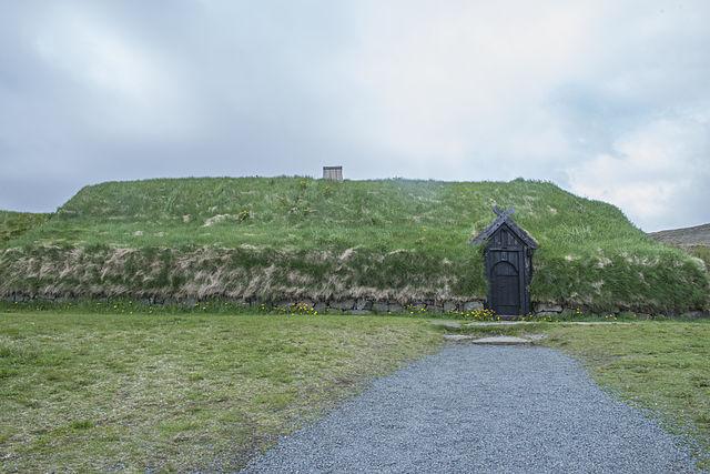 Một ngôi nhà Viking được tái xây dựng ở Iceland. (Ảnh qua en.wikipedia.org)