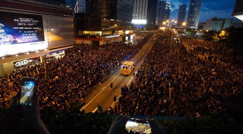 Hong Kong: Biển người biểu tình 'rẽ sóng' nhường lối cho xe cứu thương.1