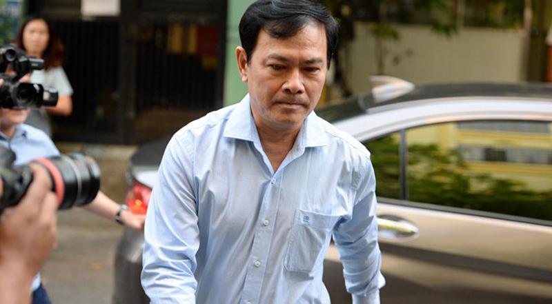 Vừa bước ra khỏi xe, ông Nguyễn Hữu Linh đã phải chạy thật nhanh lên lầu 4 của tòa án và trốn trong nhà vệ sinh.