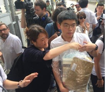 Hong Kong: Biển người biểu tình 'rẽ sóng' nhường lối cho xe cứu thương.5
