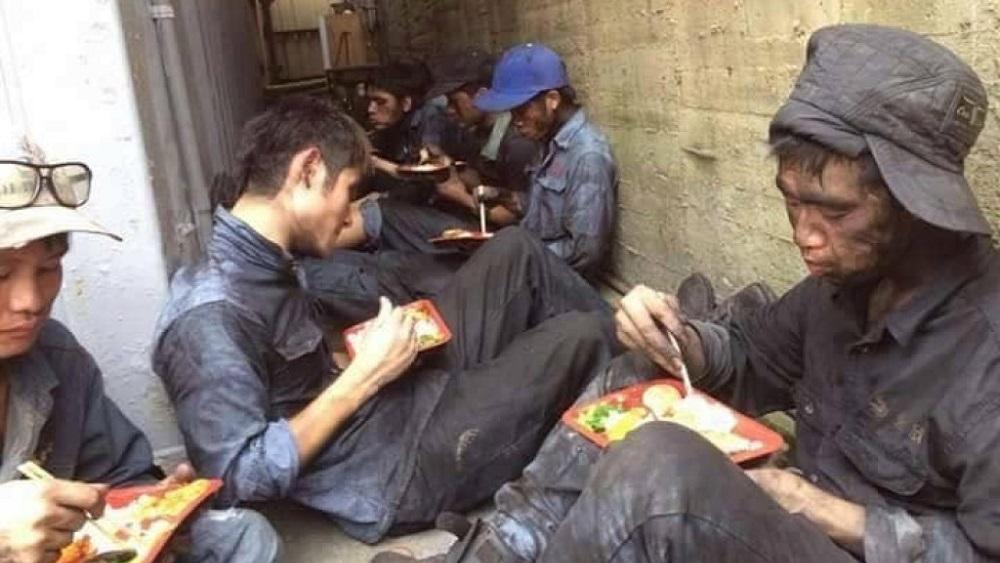 Giờ cơm trưa của những công nhân lao động chui tại Hàn Quốc. (Ảnh qua XKLĐ Hàn Quốc)