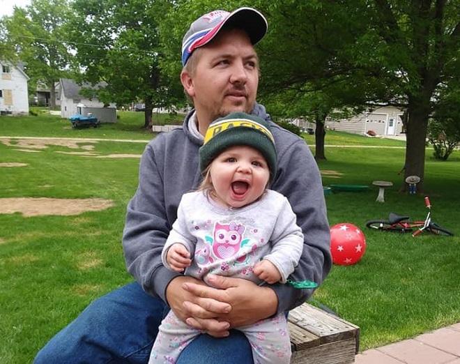 Bé Coralynn Sobolik khi còn khỏe mạnh và bố. (Ảnh: Daily mail)