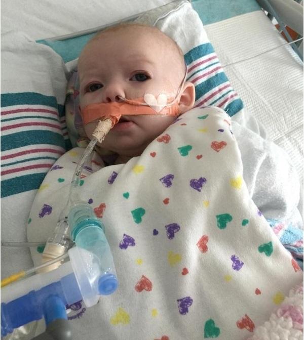 Bé gái suýt mất mạng vì nhiễm virus hợp bào hô hấp RSV lây truyền qua việc người lớn bế em bé