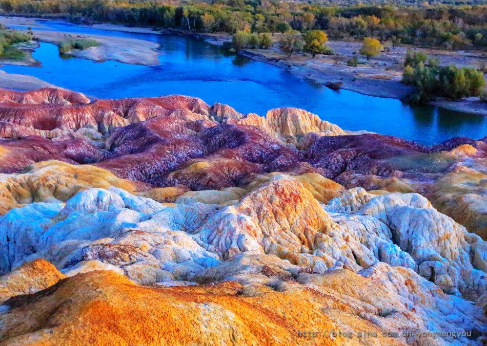 Bãi đá Cầu Vồng tự biến đổi màu sắc có lịch sử hàng triệu năm