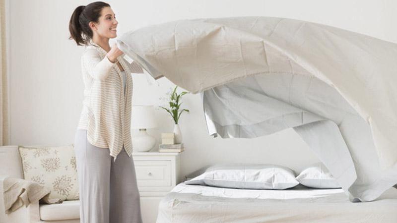 Vừa dậy liền gấp chăn ngay, làm cho vật chất có hại tích tụ lại, và vi sinh vật cũng sinh sôi nảy nở thêm.