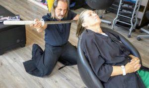 Công dụng mới của kiếm Nhật: Cắt tóc?