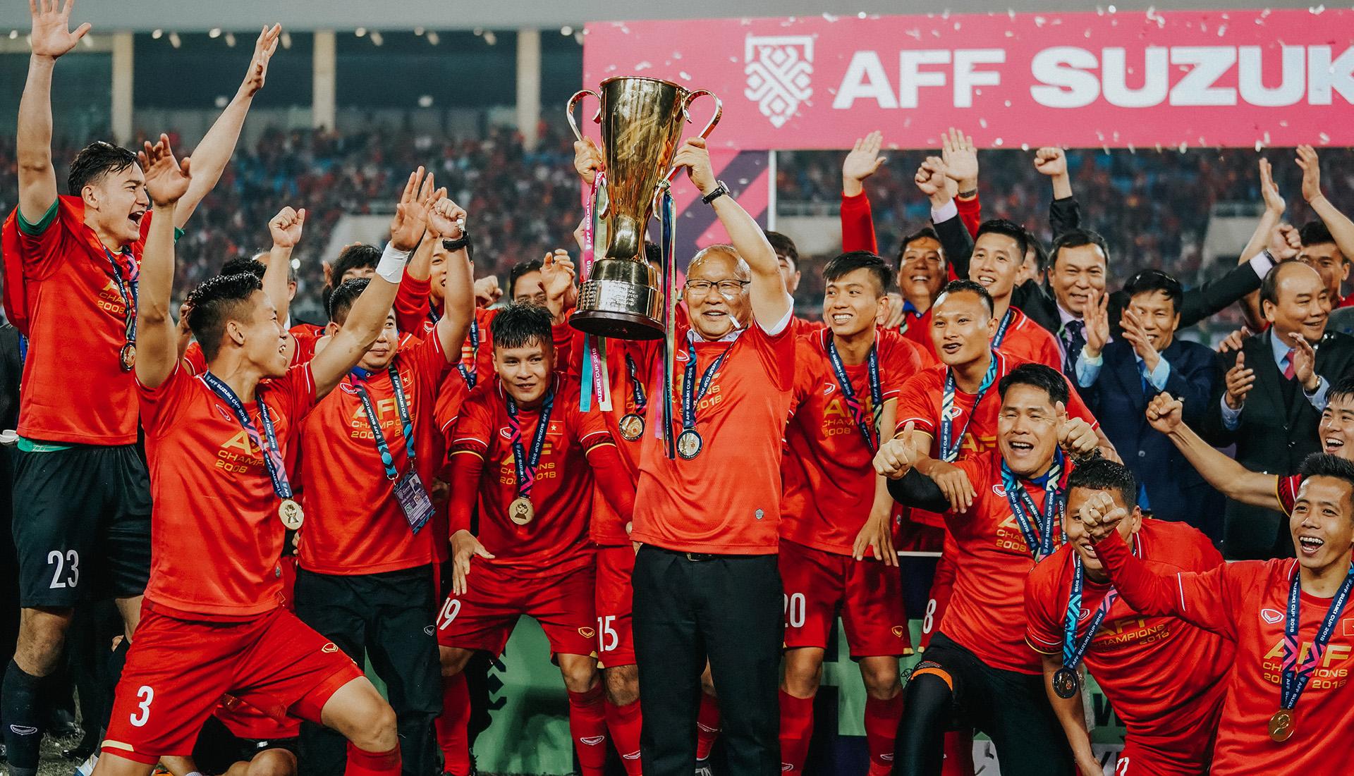 Thầy Park và học trò đăng quang trong giải AFF Cup. (Ảnh qua Độc Lập)