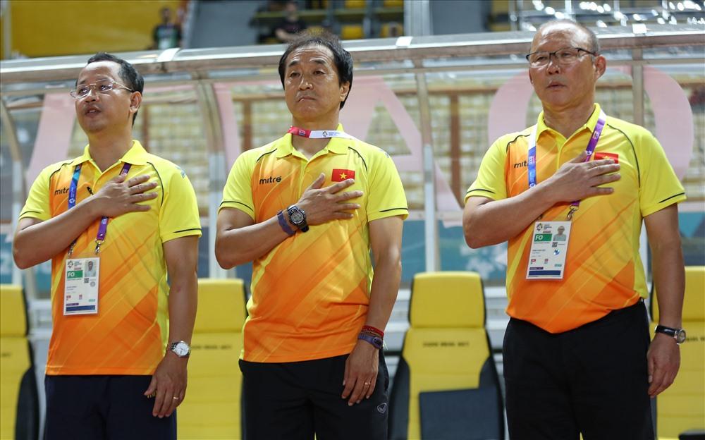 """Trợ lý Lee Young-jin được coi là """"cánh tay phải"""" của HLV Park Hang-seo với những đóng góp quan trọng về chuyên môn cho ĐT Việt Nam. (Ảnh qua Báo Lao động)"""