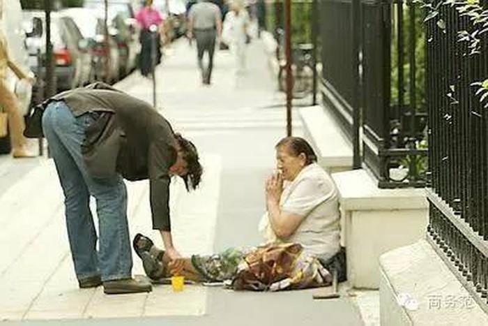 Keanu bỏ tiền vào hộp cho người vô gia cư bên đường. (Ảnh qua Pinterest)
