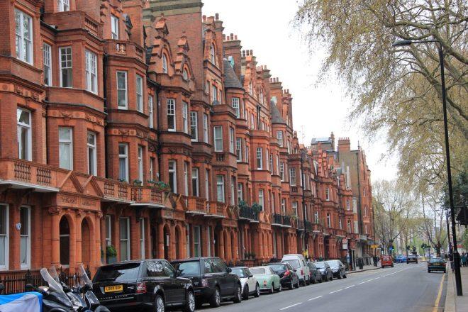 Các tòa nhà được xây bằng gạch đỏ ở Luân Đôn, Anh đồng điệu mà không nhàm chán. (Ảnh qua Trover)