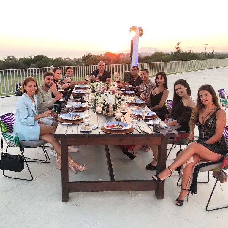 Gia đình CR7 dùng bữa tại villa riêng.