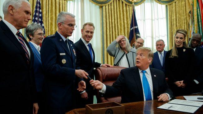 """Tổng thống Donald Trump trao bút cho Tướng Không quân Paul Selva sau khi ký """"Chỉ thị chính sách vũ trụ số 4"""" vào ngày 19 tháng 2 năm 2019. (Ảnh: Evan Vucci/AP)"""