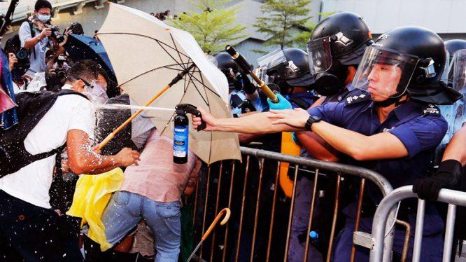 """""""Cảnh sát giả"""" ở Hồng Kông đã nói lên điều gì? - H2"""