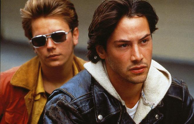 Keanu Reeves: Tài sản hàng triệu đô nhưng vẫn ăn mặc bình dân, ngồi nói chuyện với người vô gia cư.2