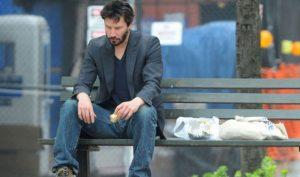 Keanu Reeves: Tài sản hàng triệu đô nhưng vẫn ăn mặc bình dân, ngồi nói chuyện với người vô gia cư
