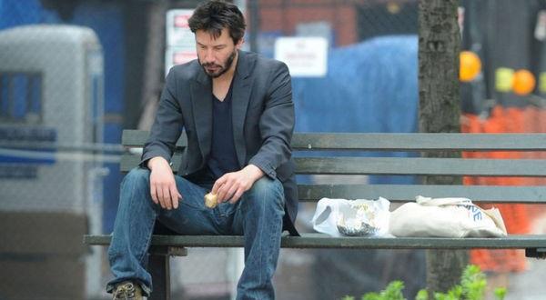 Keanu Reeves: Tài sản hàng triệu đô nhưng vẫn ăn mặc bình dân, ngồi nói chuyện với người vô gia cư.1