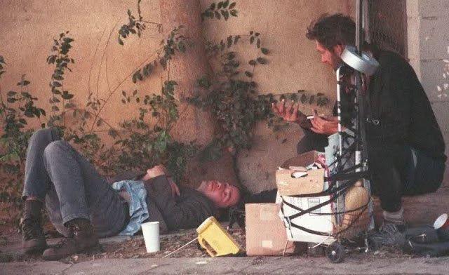 Keanu Reeves: Tài sản hàng triệu đô nhưng vẫn ăn mặc bình dân, ngồi nói chuyện với người vô gia cư.8