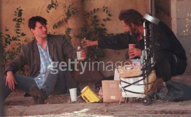 Keanu Reeves: Tài sản hàng triệu đô nhưng vẫn ăn mặc bình dân, ngồi nói chuyện với người vô gia cư.9